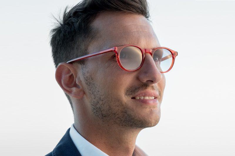 Foto modello con occhiali