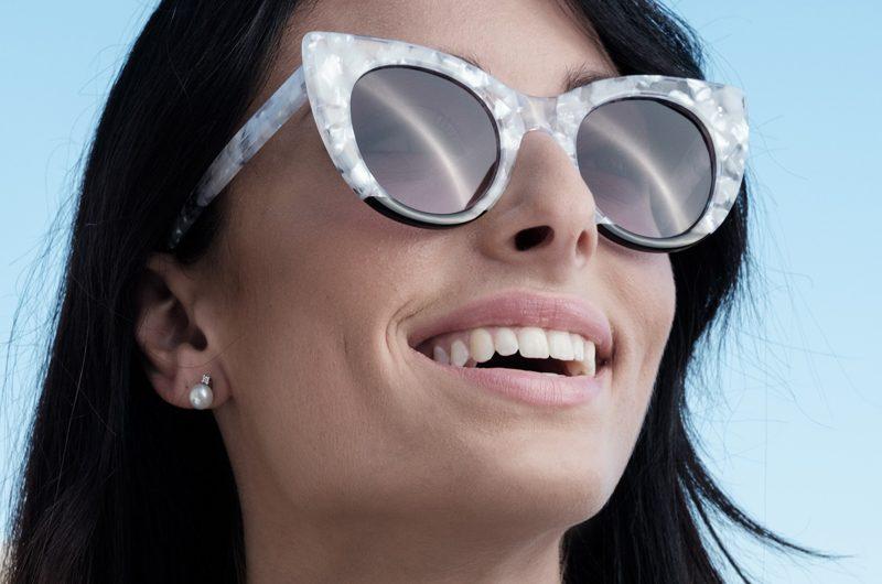 Foto modella con occhiali